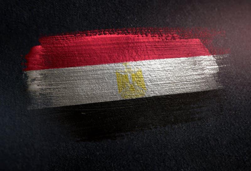 Σημαία της Αιγύπτου φιαγμένη από μεταλλικό χρώμα βουρτσών στο σκοτεινό τοίχο Grunge διανυσματική απεικόνιση