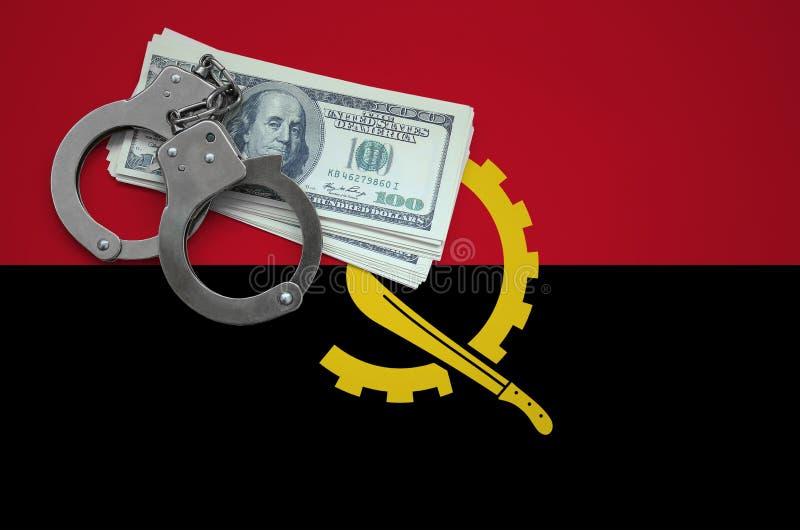 Σημαία της Ανγκόλα με τις χειροπέδες και μια δέσμη των δολαρίων Η έννοια της παράβασης του νόμου και των εγκλημάτων κλεφτών στοκ εικόνες