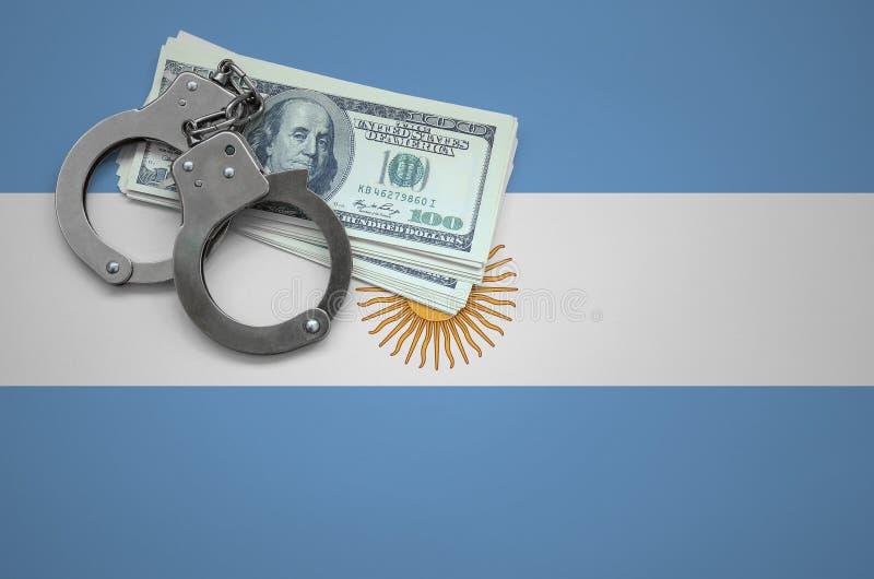 Σημαία της Αργεντινής με τις χειροπέδες και μια δέσμη των δολαρίων Η έννοια της παράβασης του νόμου και των εγκλημάτων κλεφτών στοκ φωτογραφία με δικαίωμα ελεύθερης χρήσης