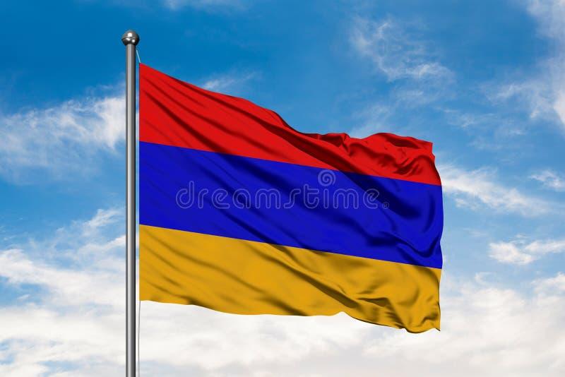Σημαία της Αρμενίας που κυματίζει στον αέρα ενάντια στον άσπρο νεφελώδη μπλε ουρανό Αρμενική σημαία ελεύθερη απεικόνιση δικαιώματος