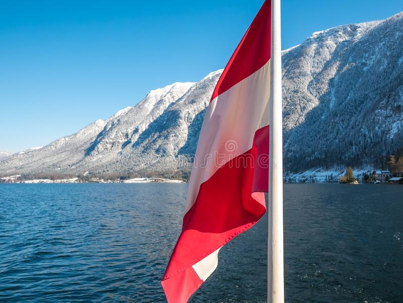 Σημαία της Αυστρίας, εποχή χειμερινού χιονιού ορών λιμνών πρώτου πλάνου hallstat στοκ φωτογραφίες