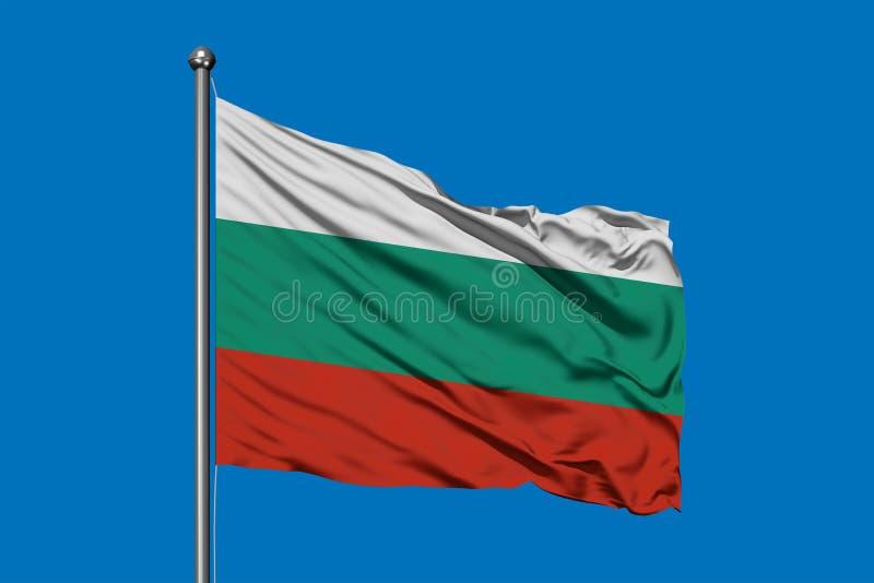 Σημαία της Βουλγαρίας που κυματίζει στον αέρα ενάντια στο βαθύ μπλε ουρανό Βουλγαρική σημαία ελεύθερη απεικόνιση δικαιώματος