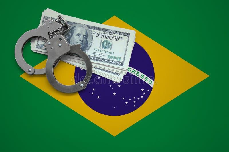 Σημαία της Βραζιλίας με τις χειροπέδες και μια δέσμη των δολαρίων Η έννοια της παράβασης του νόμου και των εγκλημάτων κλεφτών στοκ εικόνες