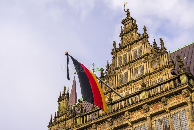 Σημαία της Γερμανίας που τοποθετείται στην οικοδόμηση της αίθουσας πόλεων στη Βρέμη, Γερμανία στοκ φωτογραφίες