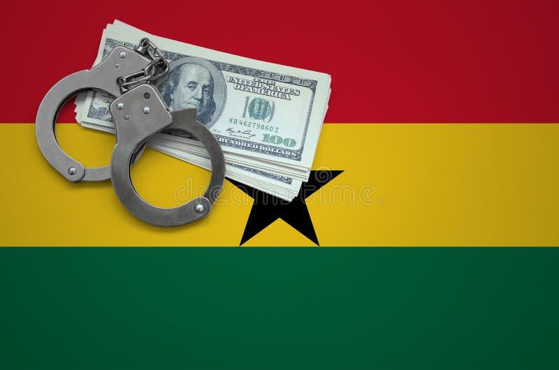 Σημαία της Γκάνας με τις χειροπέδες και μια δέσμη των δολαρίων Η έννοια της παράβασης του νόμου και των εγκλημάτων κλεφτών στοκ εικόνα με δικαίωμα ελεύθερης χρήσης