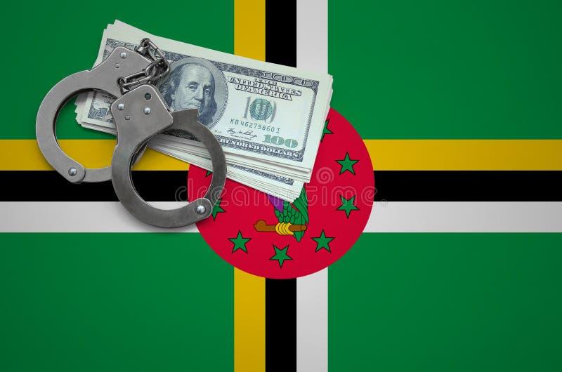 Σημαία της Δομίνικας με τις χειροπέδες και μια δέσμη των δολαρίων Η έννοια της παράβασης του νόμου και των εγκλημάτων κλεφτών στοκ εικόνες