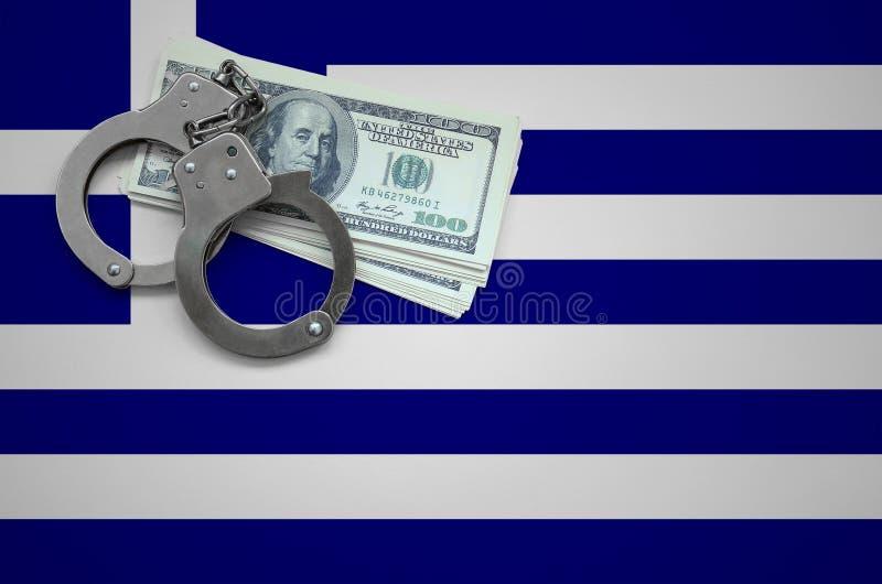 Σημαία της Ελλάδας με τις χειροπέδες και μια δέσμη των δολαρίων Η έννοια της παράβασης του νόμου και των εγκλημάτων κλεφτών στοκ φωτογραφία