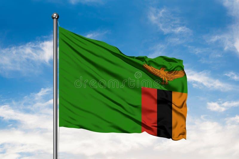 Σημαία της Ζάμπια που κυματίζει στον αέρα ενάντια στον άσπρο νεφελώδη μπλε ουρανό Της Ζάμπια σημαία στοκ φωτογραφία με δικαίωμα ελεύθερης χρήσης