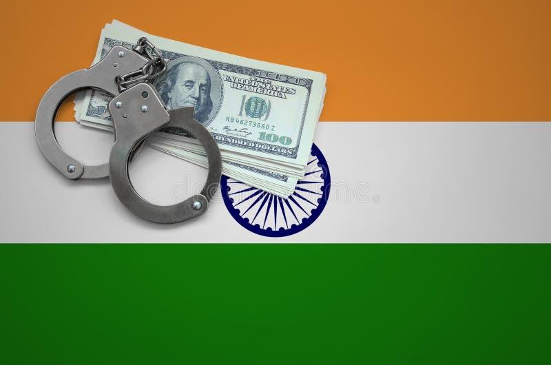 Σημαία της Ινδίας με τις χειροπέδες και μια δέσμη των δολαρίων Η έννοια της παράβασης του νόμου και των εγκλημάτων κλεφτών στοκ φωτογραφίες