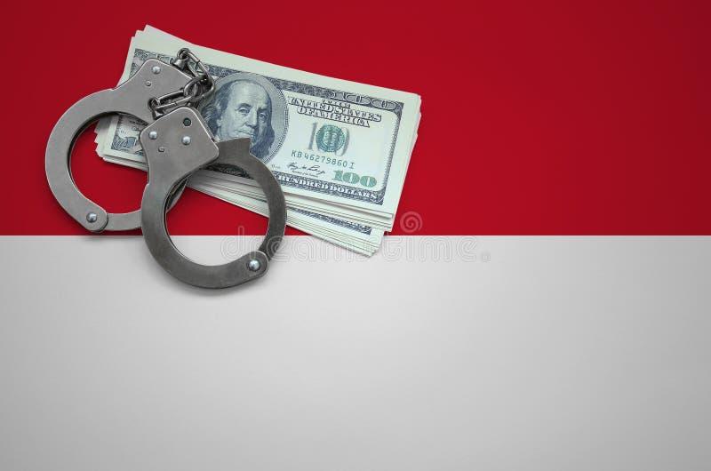 Σημαία της Ινδονησίας με τις χειροπέδες και μια δέσμη των δολαρίων Η έννοια της παράβασης του νόμου και των εγκλημάτων κλεφτών στοκ εικόνες