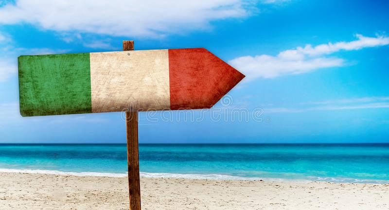 Σημαία της Ιταλίας στο ξύλινο επιτραπέζιο σημάδι στο υπόβαθρο παραλιών Είναι θερινό σημάδι της Ιταλίας απεικόνιση αποθεμάτων