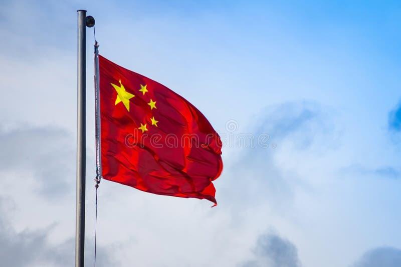 Σημαία της Κίνας ενάντια σε έναν μπλε ουρανό στοκ εικόνες