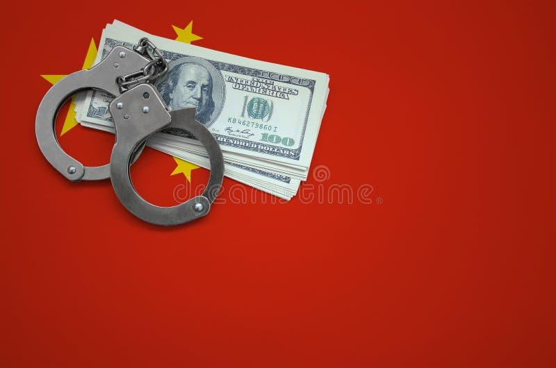 Σημαία της Κίνας με τις χειροπέδες και μια δέσμη των δολαρίων Η έννοια της παράβασης του νόμου και των εγκλημάτων κλεφτών στοκ φωτογραφία