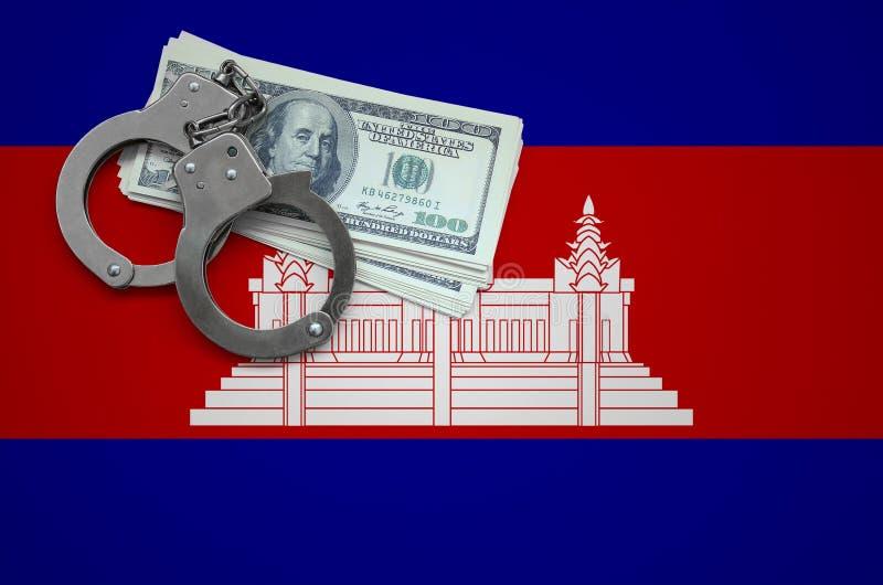 Σημαία της Καμπότζης με τις χειροπέδες και μια δέσμη των δολαρίων Η έννοια της παράβασης του νόμου και των εγκλημάτων κλεφτών στοκ φωτογραφίες