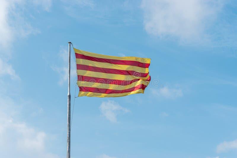 Σημαία της Καταλωνίας στο υπόβαθρο του μπλε ουρανού στοκ εικόνα με δικαίωμα ελεύθερης χρήσης
