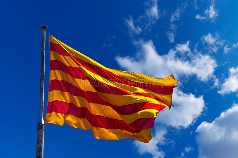 Σημαία της Καταλωνίας στο μπλε ουρανό στοκ φωτογραφία με δικαίωμα ελεύθερης χρήσης