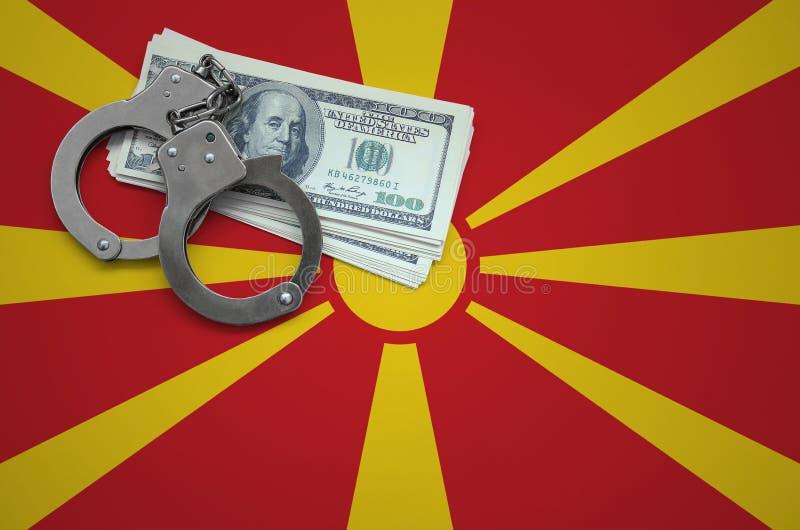 Σημαία της Μακεδονίας με τις χειροπέδες και μια δέσμη των δολαρίων Η έννοια της παράβασης του νόμου και των εγκλημάτων κλεφτών στοκ εικόνα