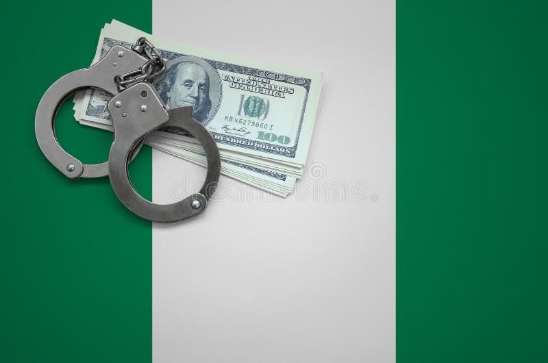 Σημαία της Νιγηρίας με τις χειροπέδες και μια δέσμη των δολαρίων Η έννοια της παράβασης του νόμου και των εγκλημάτων κλεφτών στοκ εικόνες
