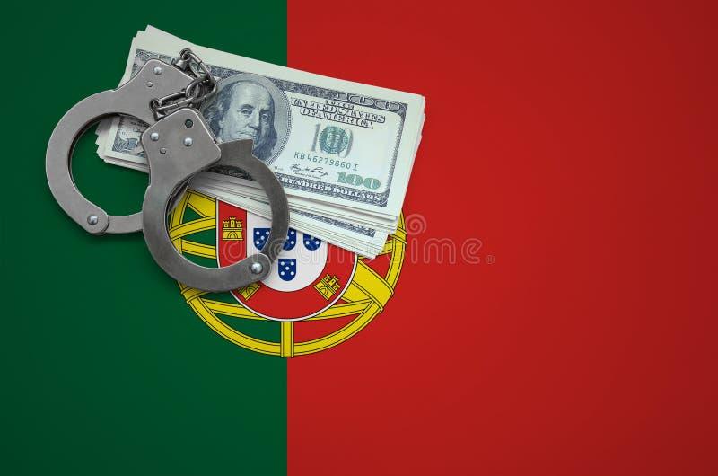 Σημαία της Πορτογαλίας με τις χειροπέδες και μια δέσμη των δολαρίων Η έννοια της παράβασης του νόμου και των εγκλημάτων κλεφτών στοκ εικόνες