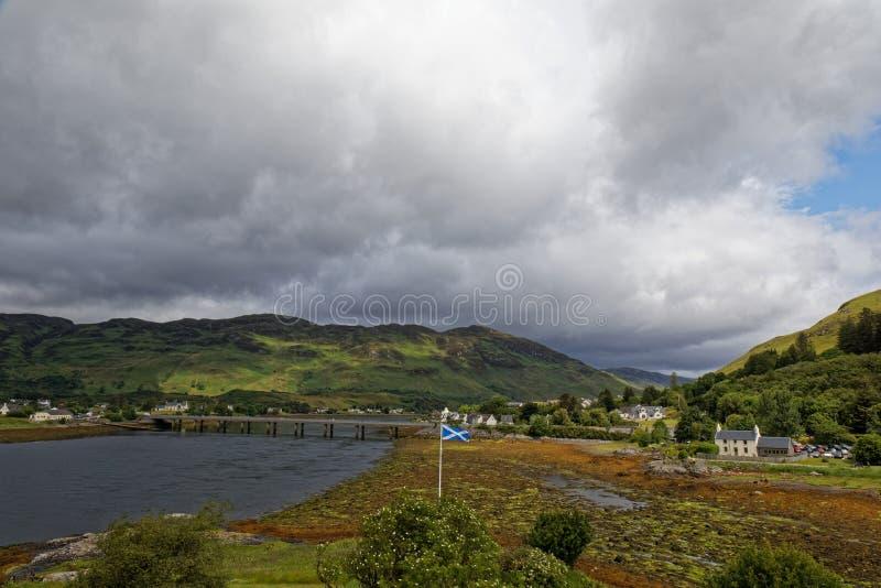 Σημαία της Σκωτίας πάνω από τα βουνά των Highlands στοκ εικόνες