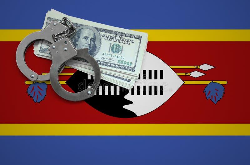 Σημαία της Σουαζιλάνδης με τις χειροπέδες και μια δέσμη των δολαρίων Η έννοια της παράβασης του νόμου και των εγκλημάτων κλεφτών στοκ φωτογραφία με δικαίωμα ελεύθερης χρήσης