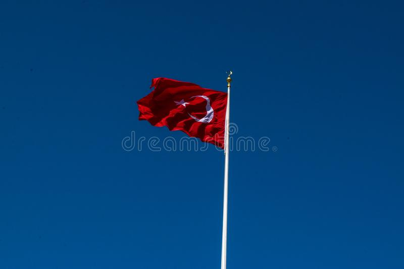Σημαία της Τουρκίας με το υπόβαθρο μπλε ουρανού στοκ φωτογραφία με δικαίωμα ελεύθερης χρήσης