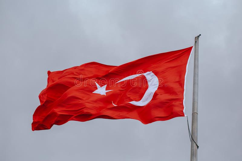 Σημαία της Τουρκίας που κυματίζει στον αέρα το βράδυ στοκ φωτογραφία με δικαίωμα ελεύθερης χρήσης
