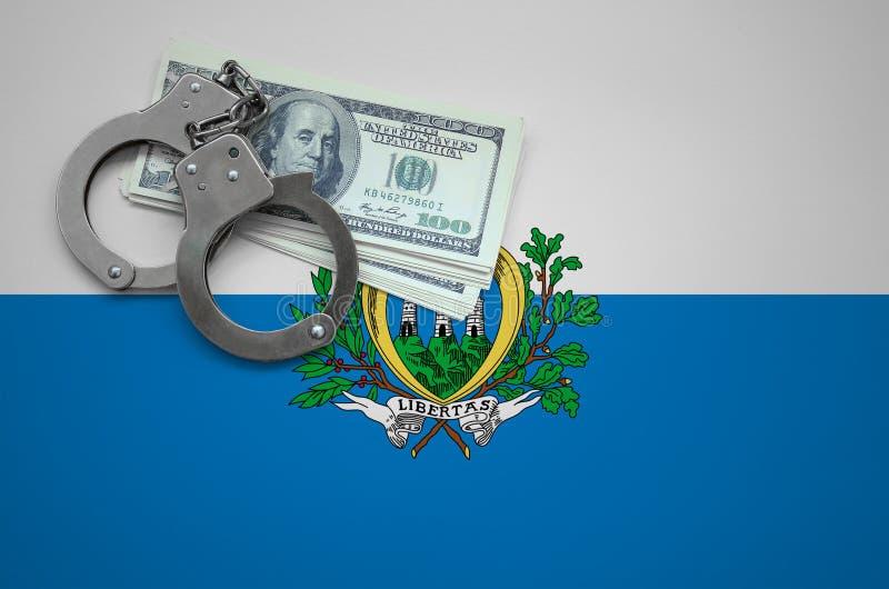 Σημαία του Άγιου Μαρίνου με τις χειροπέδες και μια δέσμη των δολαρίων Η έννοια της παράβασης του νόμου και των εγκλημάτων κλεφτών στοκ εικόνα με δικαίωμα ελεύθερης χρήσης