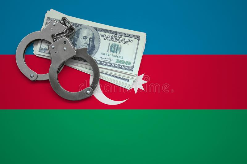 Σημαία του Αζερμπαϊτζάν με τις χειροπέδες και μια δέσμη των δολαρίων Η έννοια της παράβασης του νόμου και των εγκλημάτων κλεφτών στοκ φωτογραφίες