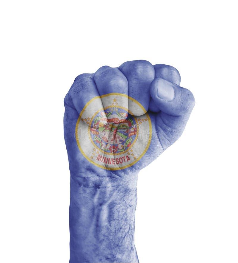 Σημαία του αμερικανικού Μινεσότα κράτους που χρωματίζεται στην ανθρώπινη πυγμή όπως τη νίκη στοκ φωτογραφία