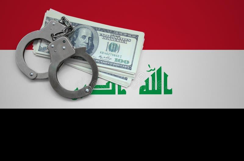 Σημαία του Ιράκ με τις χειροπέδες και μια δέσμη των δολαρίων Η έννοια της παράβασης του νόμου και των εγκλημάτων κλεφτών στοκ εικόνα