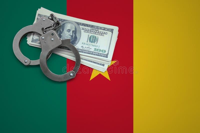 Σημαία του Καμερούν με τις χειροπέδες και μια δέσμη των δολαρίων Η έννοια της παράβασης του νόμου και των εγκλημάτων κλεφτών στοκ εικόνες