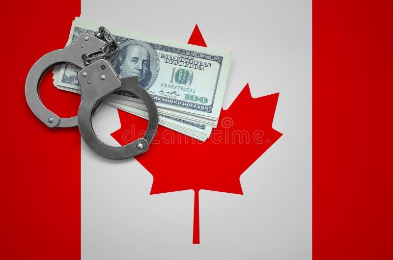 Σημαία του Καναδά με τις χειροπέδες και μια δέσμη των δολαρίων Η έννοια της παράβασης του νόμου και των εγκλημάτων κλεφτών στοκ φωτογραφία με δικαίωμα ελεύθερης χρήσης