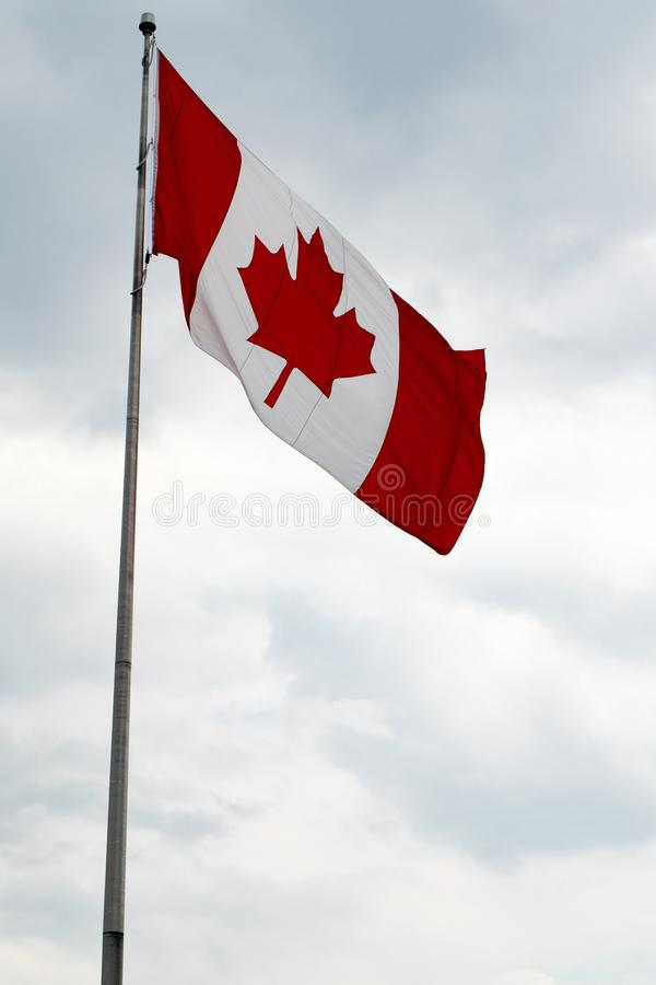 Σημαία του Καναδά με το μπλε ουρανό και τα σύννεφα στοκ εικόνες με δικαίωμα ελεύθερης χρήσης