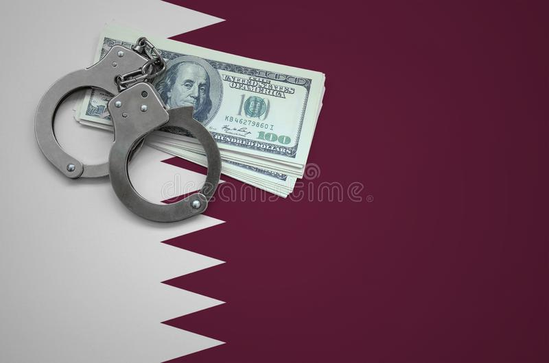 Σημαία του Κατάρ με τις χειροπέδες και μια δέσμη των δολαρίων Η έννοια της παράβασης του νόμου και των εγκλημάτων κλεφτών στοκ εικόνες