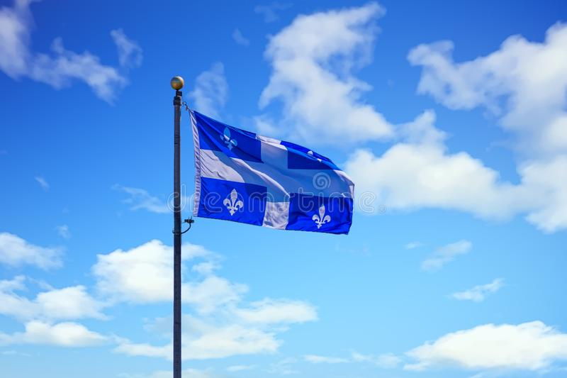 Σημαία του Κεμπέκ στον ουρανό στοκ εικόνα με δικαίωμα ελεύθερης χρήσης