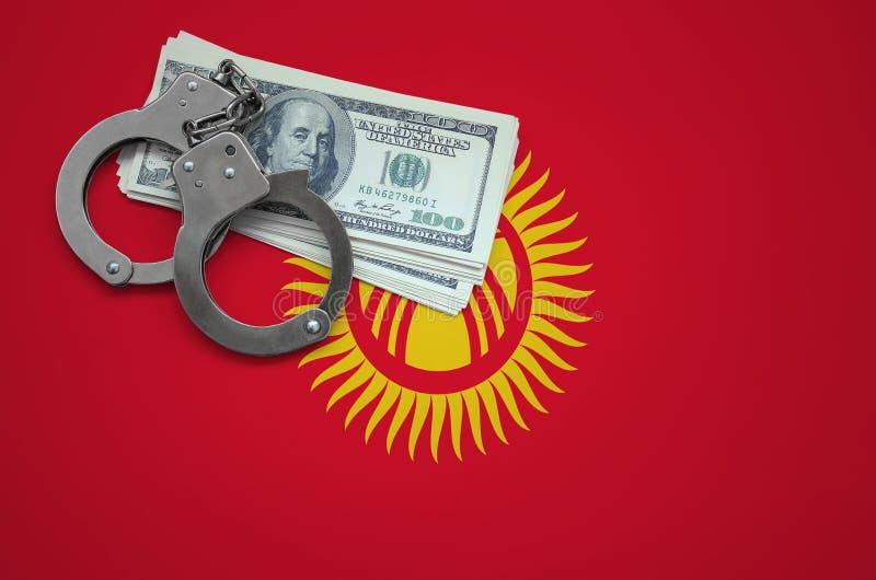 Σημαία του Κιργιστάν με τις χειροπέδες και μια δέσμη των δολαρίων Η έννοια της παράβασης του νόμου και των εγκλημάτων κλεφτών στοκ εικόνες με δικαίωμα ελεύθερης χρήσης