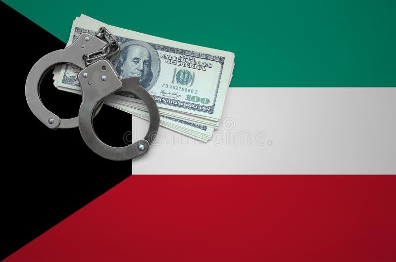 Σημαία του Κουβέιτ με τις χειροπέδες και μια δέσμη των δολαρίων Η έννοια της παράβασης του νόμου και των εγκλημάτων κλεφτών στοκ φωτογραφίες