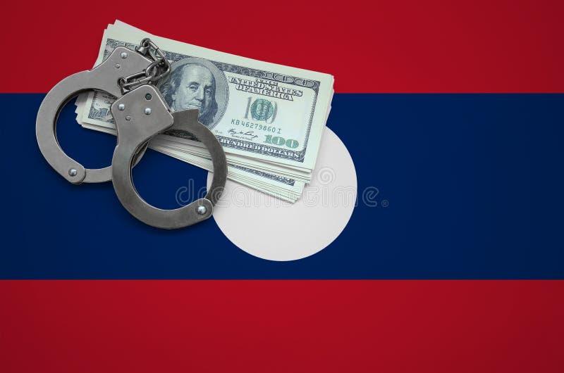 Σημαία του Λάος με τις χειροπέδες και μια δέσμη των δολαρίων Η έννοια της παράβασης του νόμου και των εγκλημάτων κλεφτών στοκ φωτογραφία με δικαίωμα ελεύθερης χρήσης