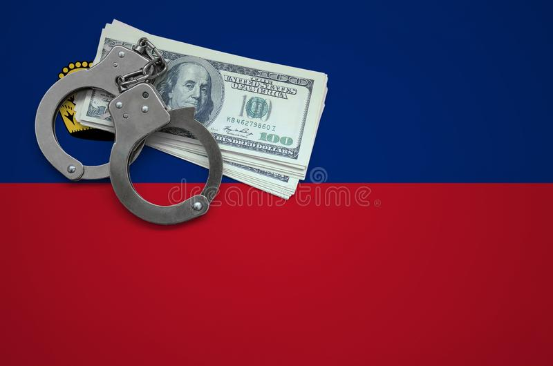 Σημαία του Λιχτενστάιν με τις χειροπέδες και μια δέσμη των δολαρίων Η έννοια της παράβασης του νόμου και των εγκλημάτων κλεφτών στοκ φωτογραφίες
