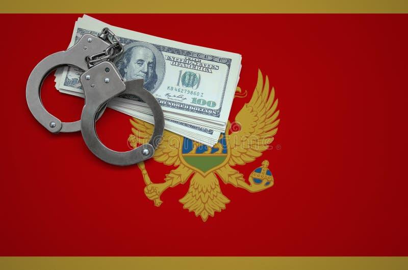 Σημαία του Μαυροβουνίου με τις χειροπέδες και μια δέσμη των δολαρίων Η έννοια της παράβασης του νόμου και των εγκλημάτων κλεφτών στοκ εικόνες