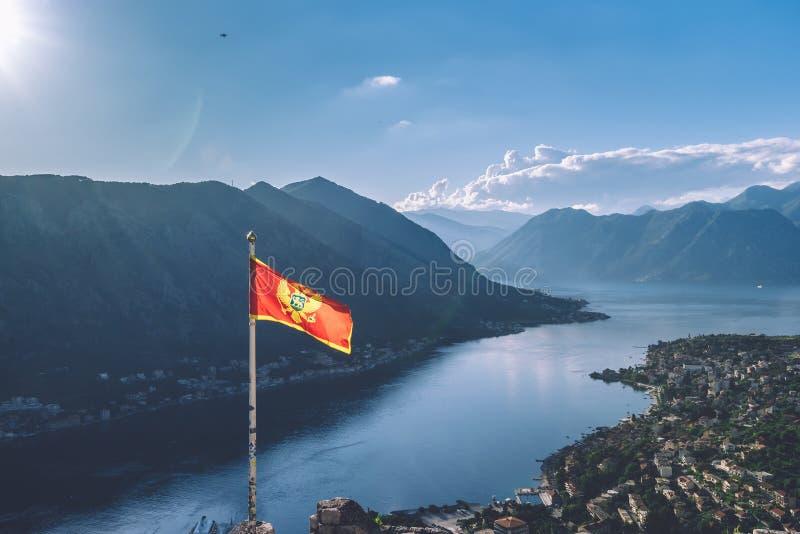 Σημαία του Μαυροβουνίου πέρα από τον κόλπο Kotor στο Μαυροβούνιο στοκ εικόνα
