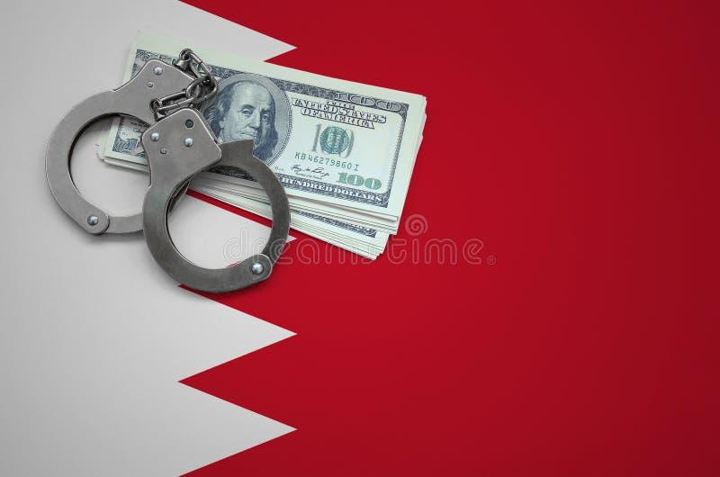 Σημαία του Μπαχρέιν με τις χειροπέδες και μια δέσμη των δολαρίων Η έννοια της παράβασης του νόμου και των εγκλημάτων κλεφτών στοκ εικόνα με δικαίωμα ελεύθερης χρήσης