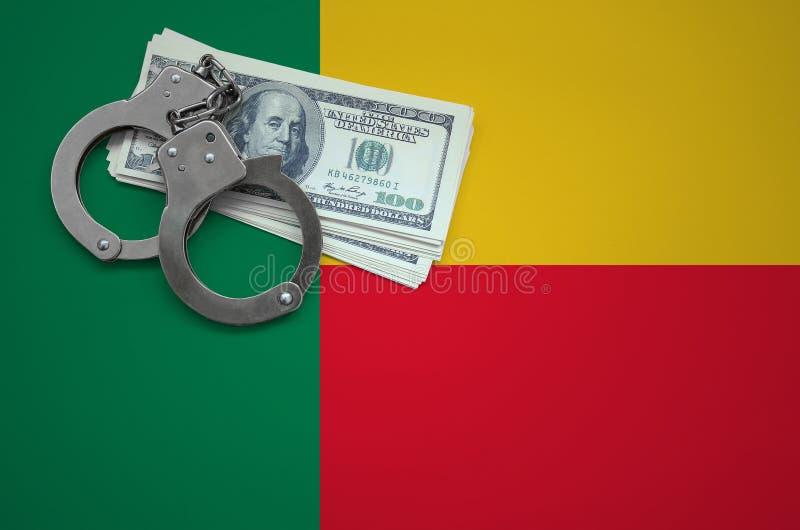 Σημαία του Μπενίν με τις χειροπέδες και μια δέσμη των δολαρίων Η έννοια της παράβασης του νόμου και των εγκλημάτων κλεφτών στοκ εικόνα με δικαίωμα ελεύθερης χρήσης