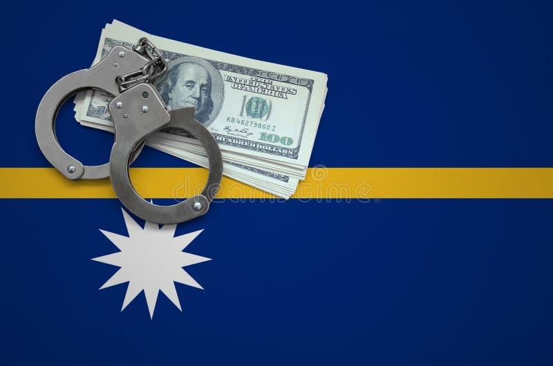 Σημαία του Ναούρου με τις χειροπέδες και μια δέσμη των δολαρίων Η έννοια της παράβασης του νόμου και των εγκλημάτων κλεφτών στοκ φωτογραφίες