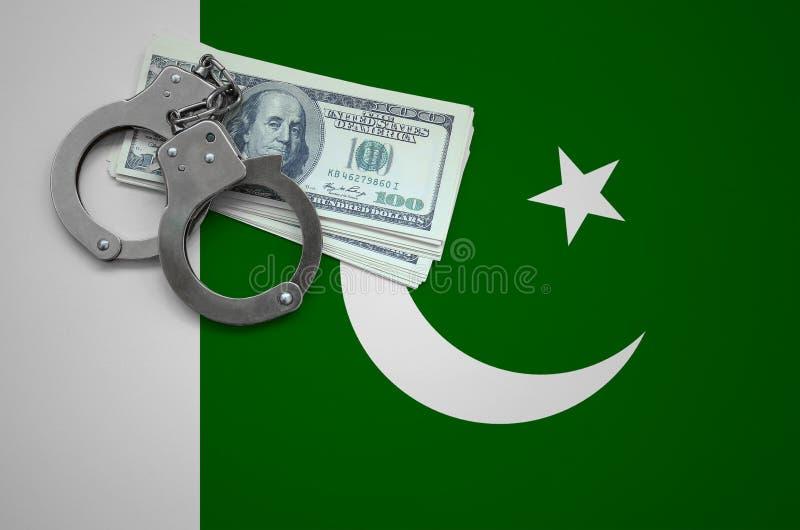 Σημαία του Πακιστάν με τις χειροπέδες και μια δέσμη των δολαρίων Η έννοια της παράβασης του νόμου και των εγκλημάτων κλεφτών στοκ εικόνες