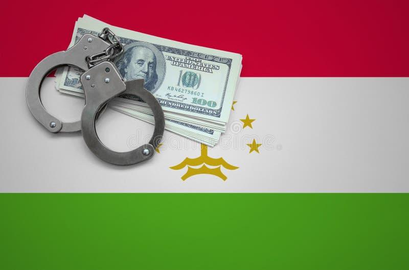 Σημαία του Τατζικιστάν με τις χειροπέδες και μια δέσμη των δολαρίων Η έννοια της παράβασης του νόμου και των εγκλημάτων κλεφτών στοκ φωτογραφία
