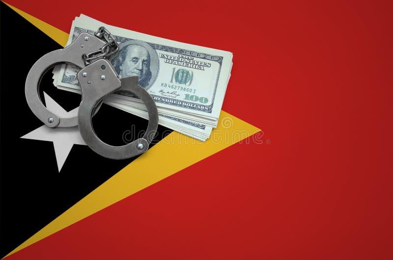 Σημαία του Τιμόρ Leste με τις χειροπέδες και μια δέσμη των δολαρίων Η έννοια της παράβασης του νόμου και των εγκλημάτων κλεφτών στοκ εικόνα