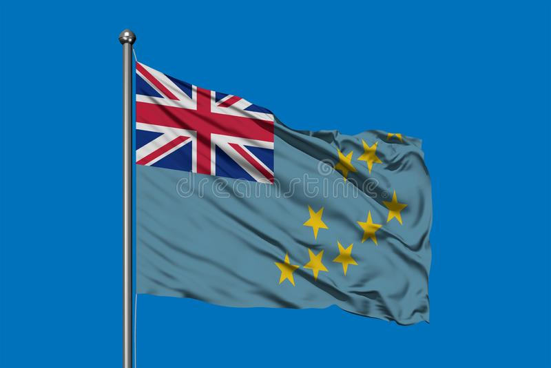 Σημαία του Τουβαλού που κυματίζει στον αέρα ενάντια στο βαθύ μπλε ουρανό στοκ εικόνες