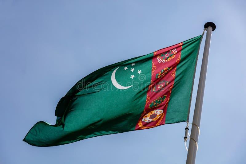 Σημαία του Τουρκμενιστάν που κυματίζει ενάντια στο σαφή μπλε ουρανό στοκ φωτογραφίες με δικαίωμα ελεύθερης χρήσης